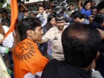 Aamir Khan ,Mumbai ,Hindu Sena activist ,intolerance,आमिर खान,हिन्दू सेना,कार्यकर्ता,प्रदर्शन