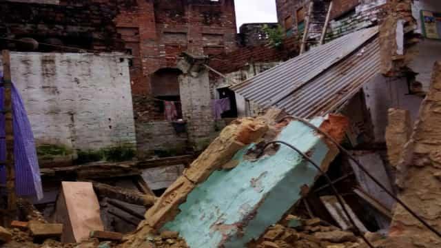 दो मंजिला मकान ढहा, मलबे से जिन्दा निकाली गई महिला