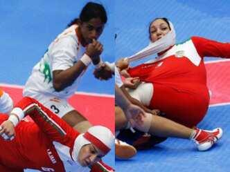 सलाम! ईरानी खिलाड़ी का गिरा हिजाब, हिन्दुस्तानी लड़कियों ने रोका खेल
