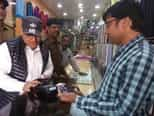 कैशलेस को लेकर डीसी व एसपी ने दुकानदारों का किया जागरूक
