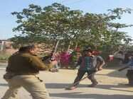 महिलाओं को लाठी से पीट कर रायफल तानने पर पिटा सिपाही