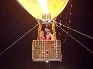मथुरा में अनोखी शादी, एयर बैलून में इस जोड़े ने निभाई वरमाला की रस्म
