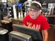 ये हैं मैकडोनाल्ड की सबसे बुजुर्ग वर्कर, 44 साल से कर रही हैं काम