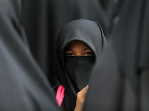 14 साल की एक मुस्लिम लड़की का हिजाब खींचा, आतंकी बताया