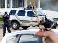 प्रदर्शन: पुलिस ने छोड़े आंसू गैस गोले तो तीर-कमान लेकर भिड़े आदिवासी