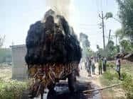 धू-घू कर जली ट्रैक्टर पर लदी गेहूं बाली
