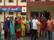पत्नी के हत्यारोपी की गिरफ्तारी की मांग को लेकर महिलाओं ने कालसी थाने पर प्रदर्शन किया