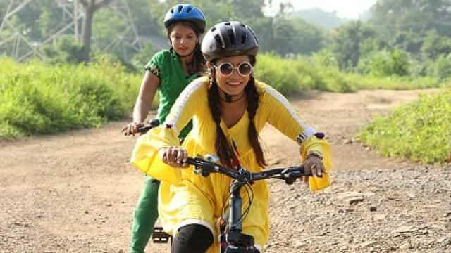 साइकिल चलाना सीख रही थीं