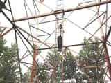 दादी की फटकार से क्षुब्ध बालिका टावर पर चढी
