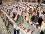 रमजान के आखिरी जुमे पर मस्जिदों में उमड़ी नमाजियों की भीड़ : फोटो