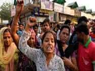 शराबबंदी पर डंडा: महिलाओं ने जलाए शराब के ठेके, सड़क पर उतरीं