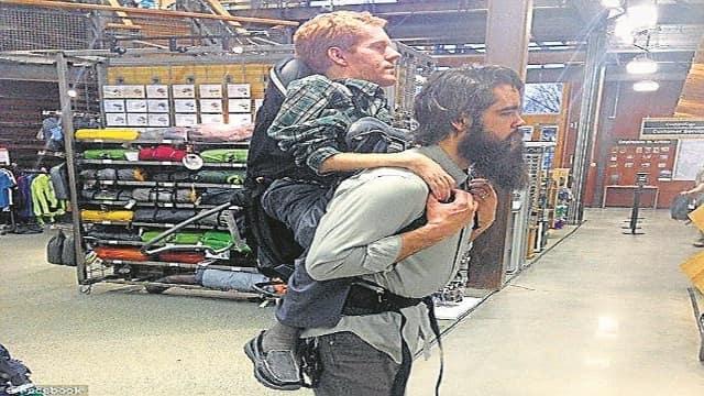 स्पेशल दोस्त को बैगपैक में बैठाकर कराई यूरोप की सैर