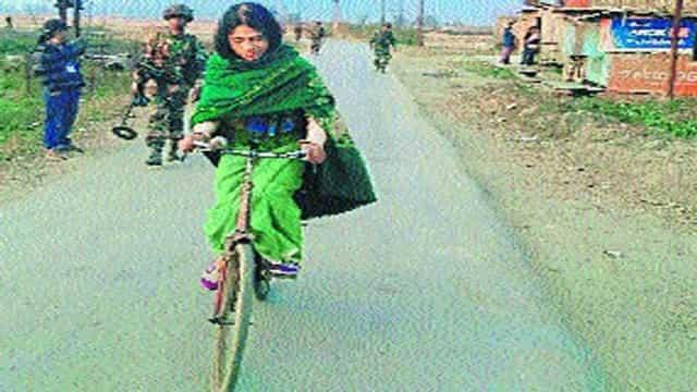 इरोम शर्मिला साइकिल से घर-घर प्रचार कर रहीं
