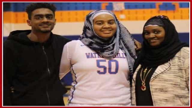 बास्केटबॉल की इस महिला खिलाड़ी को हिजाब पहनने पर निकाला