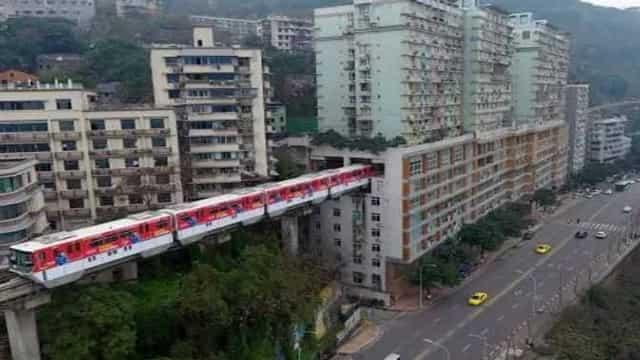 यहां 19 मंजिला इमारत के बीच से कुछ यूं गुजरती है ट्रेन, जानें क्यों