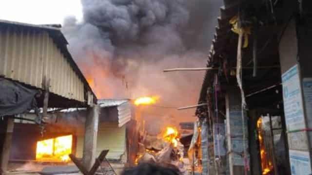चक्रधरपुर के गुदड़ी बाजार में लगी आग, तीन दर्जन से अधिक दुकानें राख