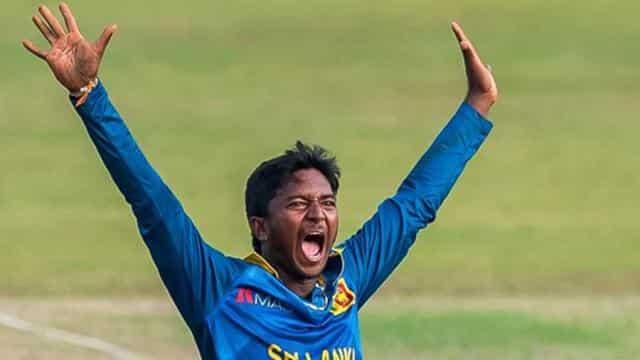 अकिला ने 10 ओवर में दिए 54 रन