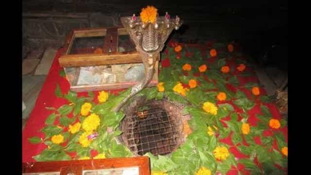 Image result for अनोखा मंदिर: यहां दिन में तीन बार रंग बदलता है शिवलिंग