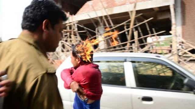 पुलिस प्रताड़ना से तंग
