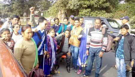 पुलिस को चकमा दे सीएम आवास के करीब पहुंचे दिव्यांग