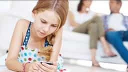 kids using smartphone