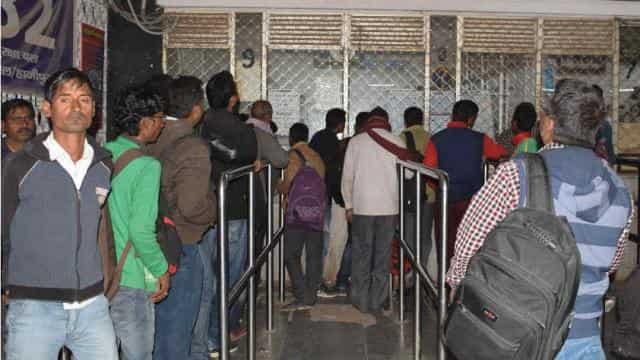 ट्रेनों के परिचालन ठप होने के कारण पूछताछ केन्द्र पर लगी यात्रियों की भीड़