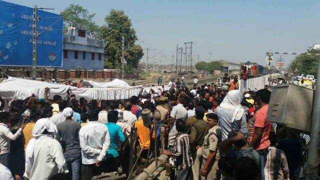 मंडुवाडीह क्रॉसिंग पर रेल रोककर प्रदर्शन करते स्थानीय लोग