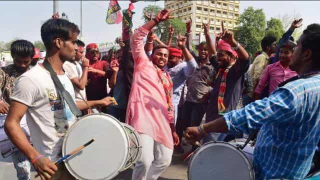जीत के बाद खुशी मनाते कार्यकर्ता।