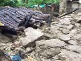 बारिश से गिरा कच्चा घर, मलबे में दबकर महिला मरी